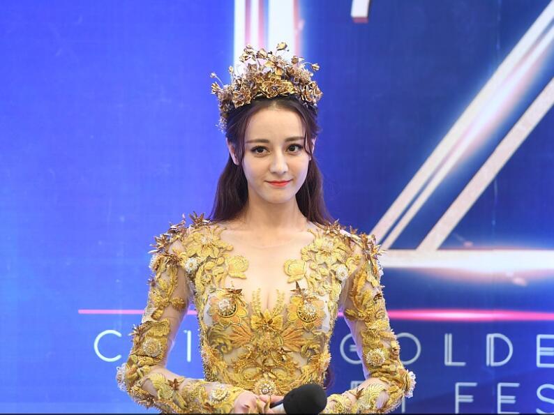 迪丽热巴戴皇冠穿金礼服气质高贵