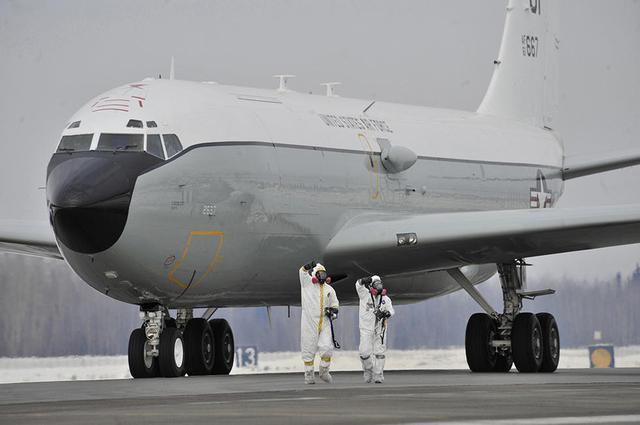 """安全""""方式进行拦截,中国战机一度距离美国飞机不超过50英尺 (约15米)."""