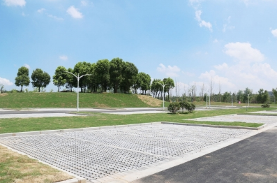 体育公园路生态停车场试运营 提供521个车位图片